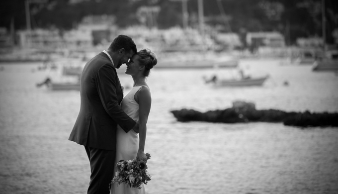 Wedding Photographer in Mallorca - Just married kissing in mallorca country side